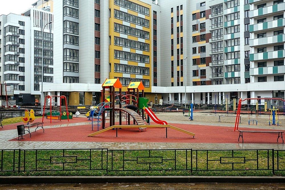 территория благоустроенная детскими площадками