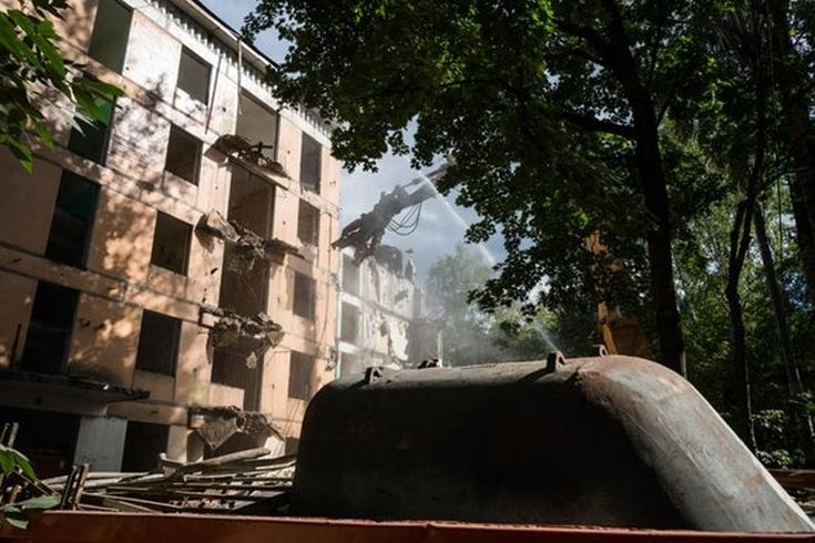 """На юго-западе Москвы по адресу ул.Кедрова, дом №16, корпус 2 демонтировали пятиэтажку по технологии """"умного сноса"""""""