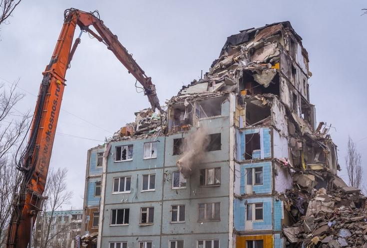 В Москве коммунальщики установили новые бордюры вокруг дома «под снос»
