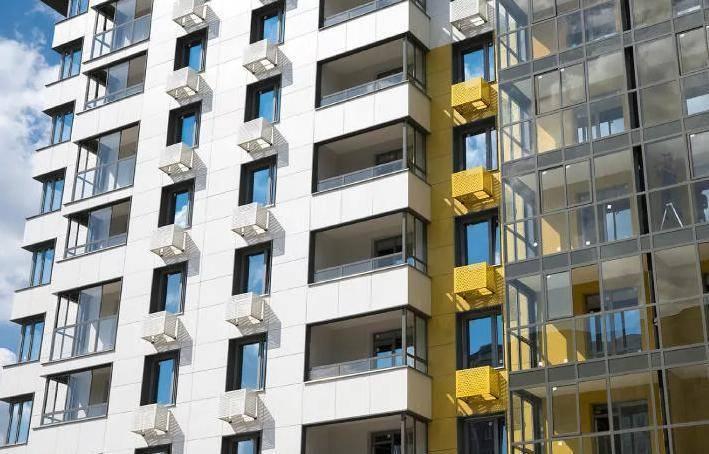 Первая семья получила право собственности на квартиру в доме по реновации на Изумрудной улице