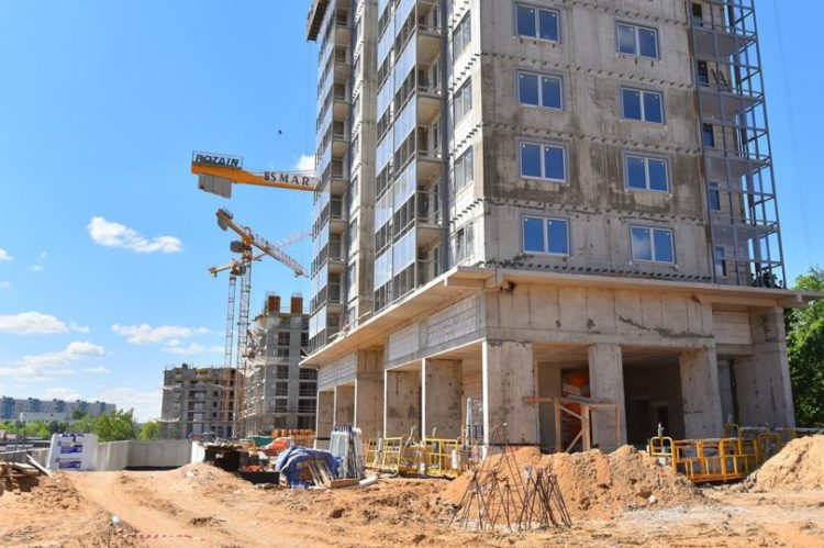 Четыре жилых корпуса возводят в Нагатинском затоне на улице Речников по программе реновации